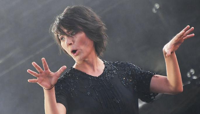 Певица Земфира во время выступления на музыкальном фестивале «Пикник «Афиши» в Москве, 2018 год