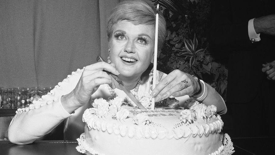 Анджела Лэнсбери во время празднования своего дня рождения в Нью-Йорке, 1966 год