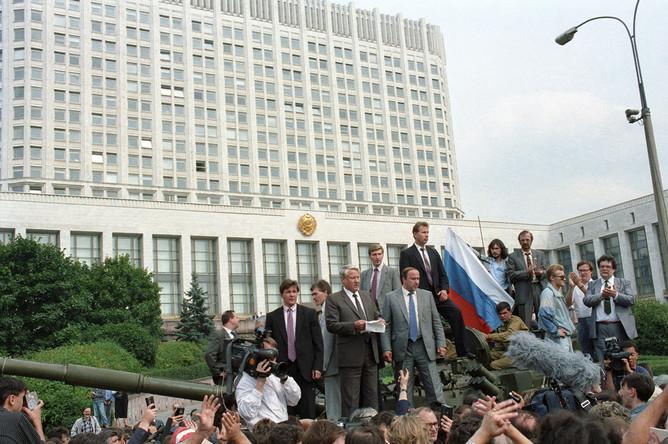 19 августа 1991 года. Защитники демократии у здания Верховного Совета РСФСР. Борис Ельцин с башни танка обращается к народу. Виктор Золотов — самый верхний