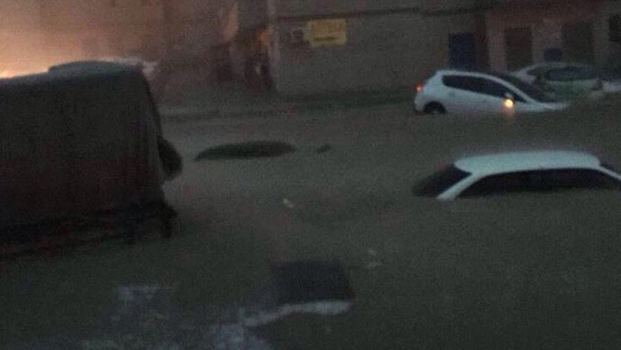 Последствия сильного ливня на одной из улиц города