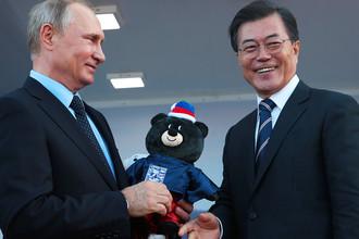 Президент Республики Корея Мун Чжэ Ин вручает Владимиру Путину символ предстоящей Паралимпиады — черного медведя, 6 сентября 2017 года