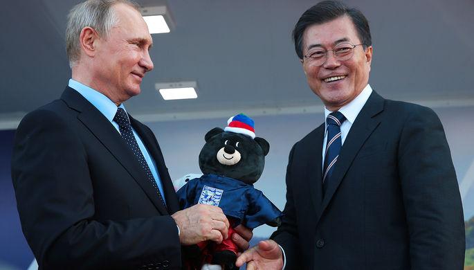 Президент Республики Корея Мун Чжэ Ин вручает Владимиру Путину символ предстоящей Паралимпиады —...
