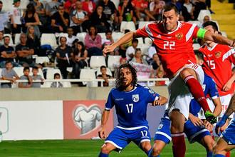 Артём Дзюба бьет по воротам в отборочном матче чемпионата Европы по футболу 2020 между сборными Кипра и России
