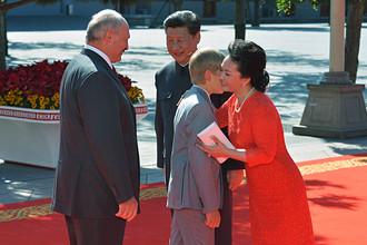 Президент Белоруссии Александр Лукашенко с сыном Николаем и председатель КНР Си Цзиньпин с супругой Пэн Лиюань, 3 сентября 2015 года