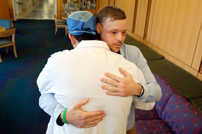 Энди Сэнднесс во время визита в клинику, 25 января 2017 года