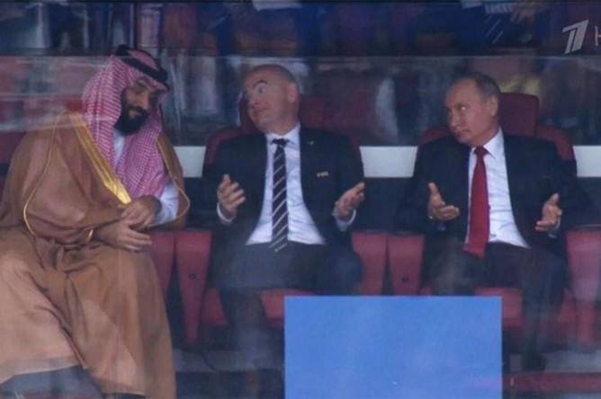 Принц Саудовской Аравии Мухаммед ибн Салман Аль Сауд, президент FIFA Джанни Инфантино и президент России Владимир Путин на стартовом матче группового этапа чемпионата мира по футболу между сборными России и Саудовской Аравии, 14 июня 2018 года (кадр из видео)