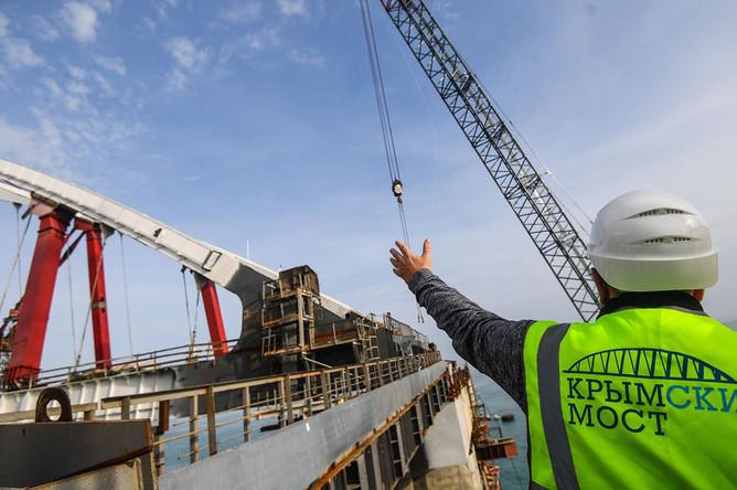 Рабочий на строительстве Крымского моста в Керченском проливе, декабрь 2017 года