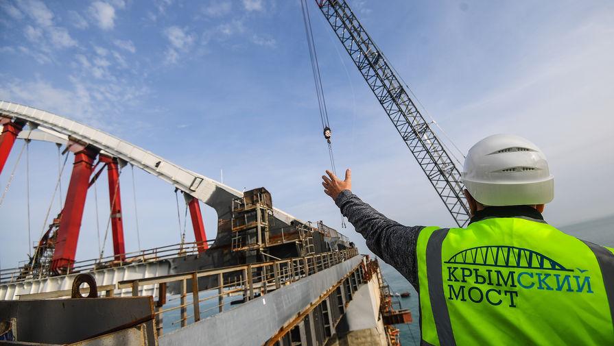 Строители соединили рельсы на первом пути Крымского моста