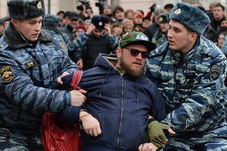 Сотрудники полиции задерживают сторонника оппозиции у здания Замоскворецкого суда Москвы