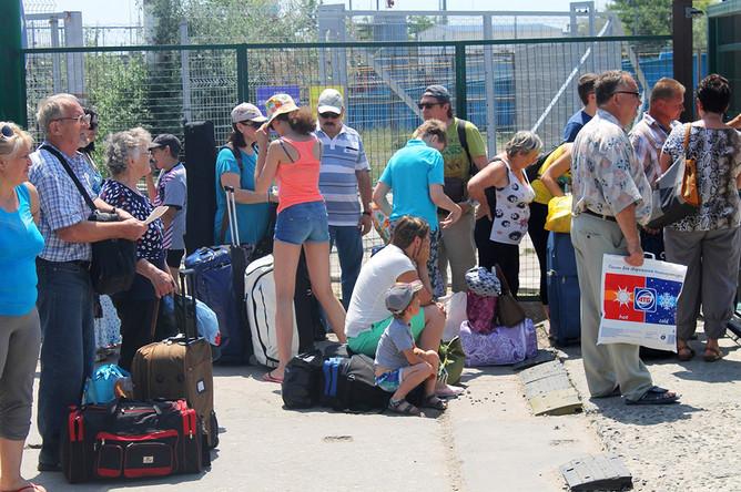 Пассажиры по единому билету ждут погрузки на паром