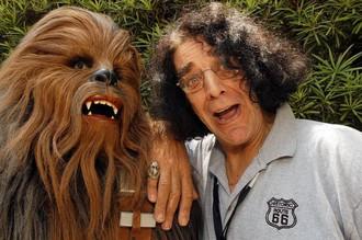 Актер Питер Мейхью и его персонаж вуки Чубакка из киносаги «Звездные войны».