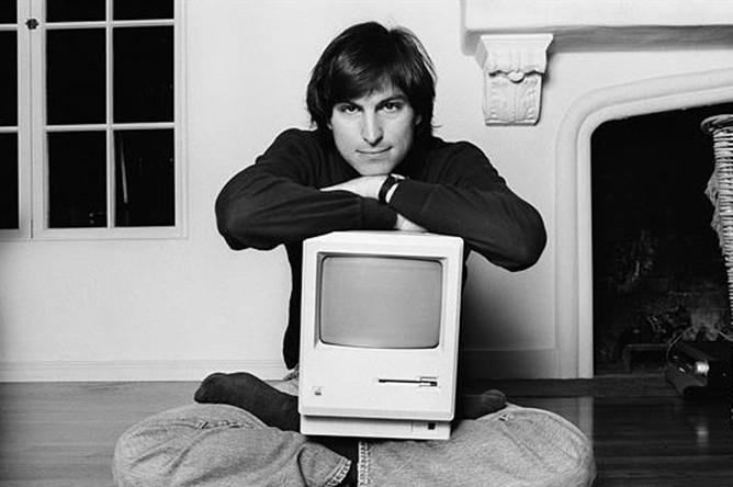 Презентация Macintosh, которую Джобс провел 24 января 1984 года в Университете Де Анза на ежегодном собрании акционеров, вошла в историю маркетинга. Джобс превратил простую презентацию в незабываемое шоу. Свое выступление он начал стихами Боба Дилана о том, что «времена меняются»
