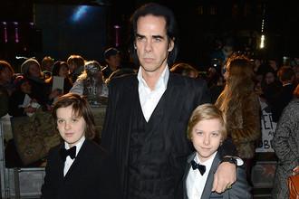 Ник Кейв с сыновьями, близнецами Эрлом и Артуром (справа)