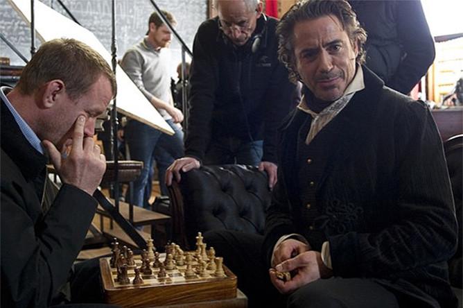 Режиссер Гай Ричи и актер Роберт Дауни мл. играют в шахматы на съемках фильма