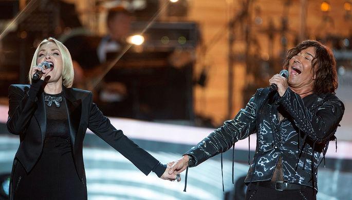Валерий Леонтьев и Лайма Вайкуле выступают на творческом вечере «Святая к музыке...