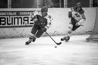 Хоккеист ЦСКА Сергей Макаров (слева) в матче против московского «Спартака»