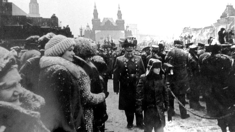 Маршал войск связи А.И. Белов на военном параде в честь Октябрьской революции со старшим внуком Андреем. 1980 г.