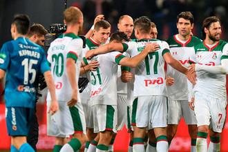 Игроки «Локомотива» радуются победе в матче 11-го тура чемпионата России по футболу среди клубов Премьер-лиги