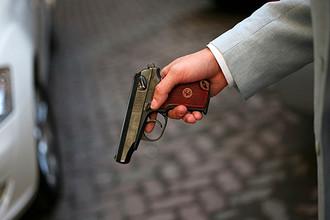 У подозреваемого в стрельбе в машине нашли два пистолета и мигалку