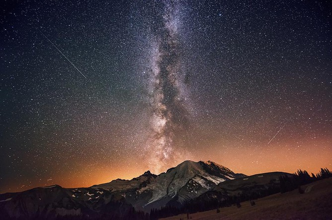 Категория «Мир природы». Млечный путь над стратовулканом Рейнир в штате Вашингтон