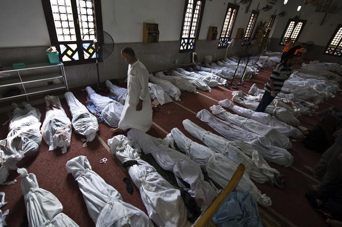Одна из мечетей в Каире стала временным моргом для погибших в столкновениях