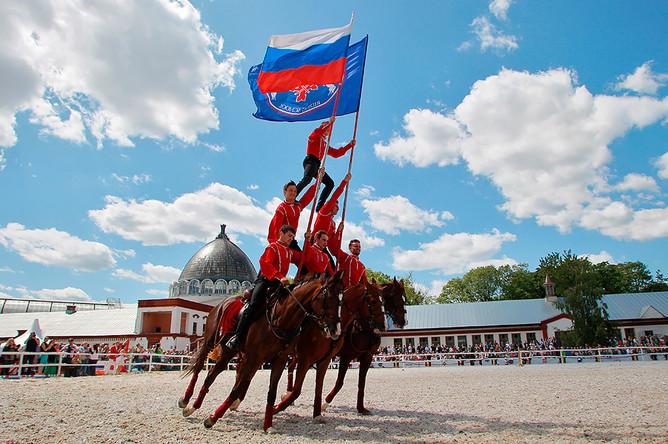Выступление кавалеристов Кремлевской школы верховой езды по случаю празднования Дня России на ВДНХ в Москве