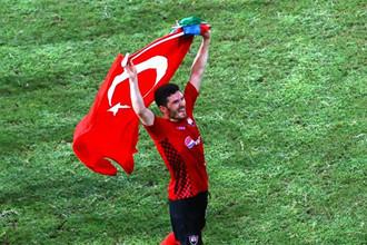 Джавид Гусейнов с турецким флагом после домашнего матча с «Аполлоном»