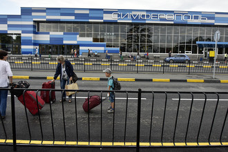 Пассажиры у здания терминала международного аэропорта «Симферополь» в Крыму, 2016 год
