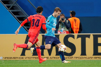 Нападающий «Зенита» Александр Кокорин преуспел в атаке в матче Лиги Европы против «Реал Сосьедада»