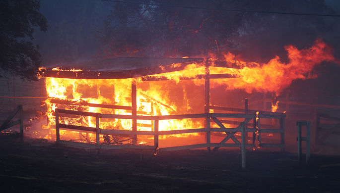 Лесной пожар в городе Бонсалл, Калифорния, США, 7 декабря 2017 года