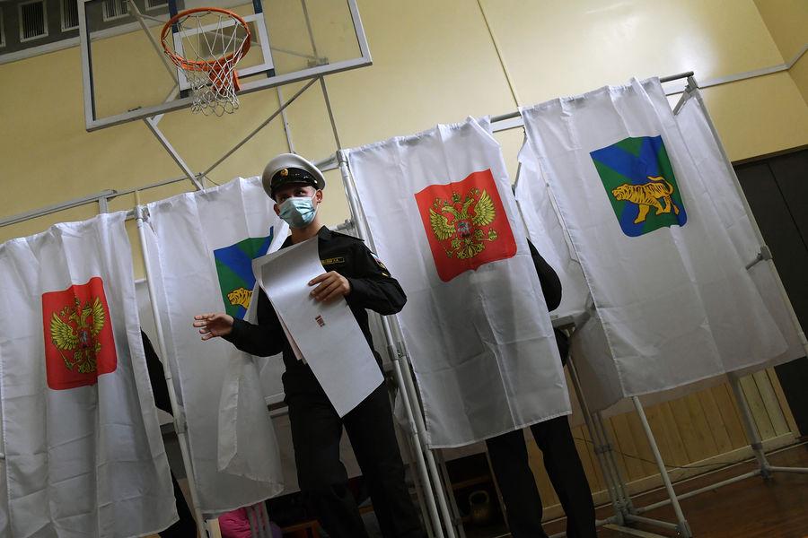 Военнослужащий во время голосования навыборах вГосдуму наизбирательном участке №724 во Владивостоке, 17 сентября 2021 года