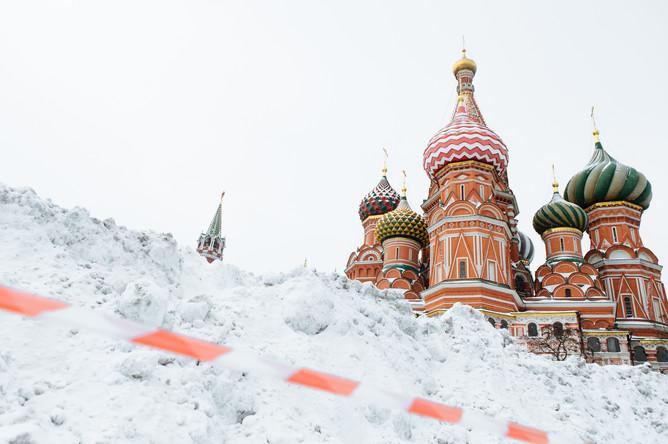 Вид на храм Василия Блаженного на Красной площади в Москве, январь 2016