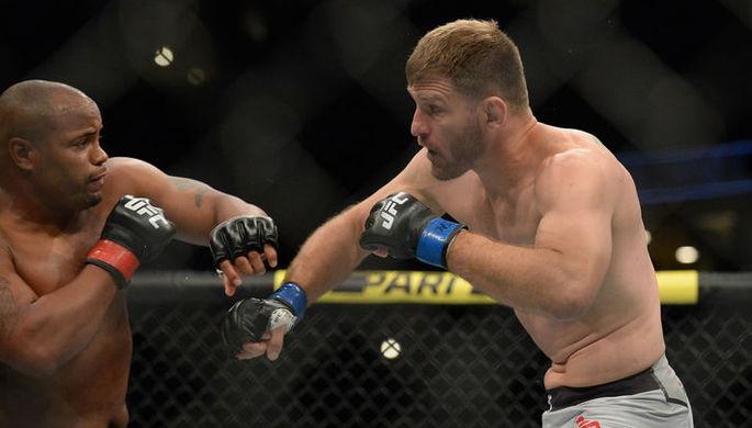 Боец Джон Джонс в поединке против Тиаго Сантоса на UFC 239.