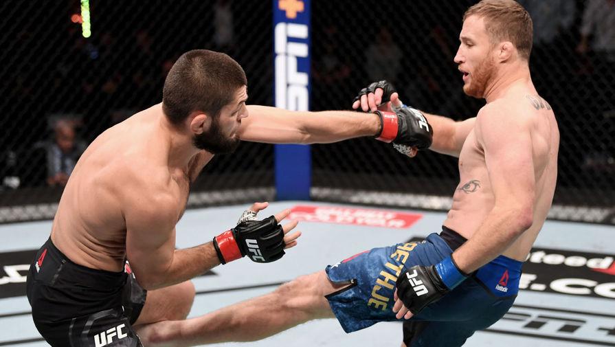 Хабиб Нурмагомедов и Джастин Гэтжи во время боя за титул чемпиона Абсолютного бойцовского чемпионата (UFC) в легком весе, 24 октября 2020 года