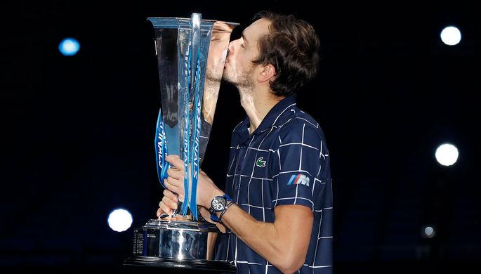 Даниил Медведев (Россия) на церемонии награждения после победы в финале одиночного разряда итогового турнира Ассоциации теннисистов-профессионалов (АТР) против Доминика Тима (Австрия) в Лондоне, 22 ноября 2020 года