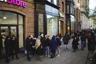 Ситуация около фирменного магазина Apple на Тверской улице в Москве, 2 ноября 2017 года