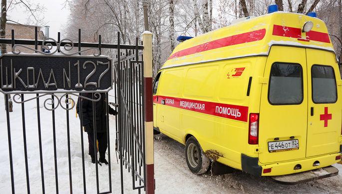 Машина скорой помощи у школы №127 в Мотовилихинском районе Перми после нападения подростков с ножами...