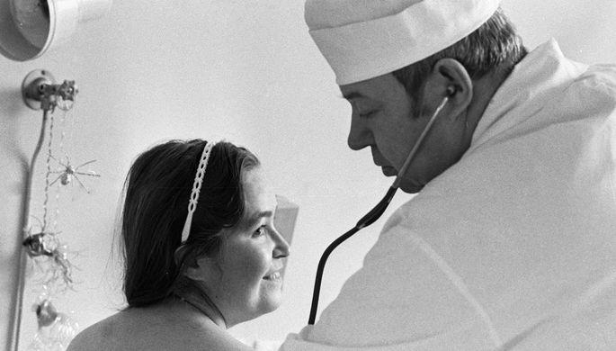 Профессор НИИ трансплантологии и искусственных органов Министерства здравоохранения СССР Валерий Шумаков проводит осмотр пациентки, которой было пересажено донорское сердце, 1987 год