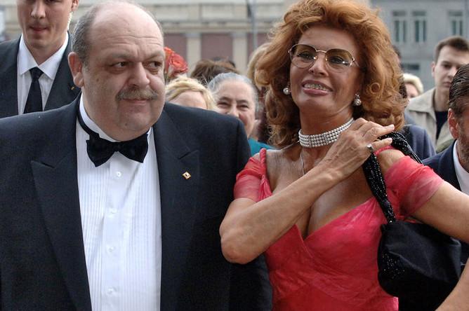Кардиохирург Яков Бранд и итальянская актриса Софи Лорен перед началом церемонии вручения премии «Золотое сердце» в Москве, 2006 год