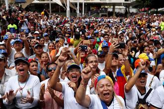 Сторонники лидера оппозиции Венесуэлы и самопровозглашенного президента страны Хуана Гуайдо во время демонстрации в честь Международного женского дня в Каракасе, 8 марта 2019 года