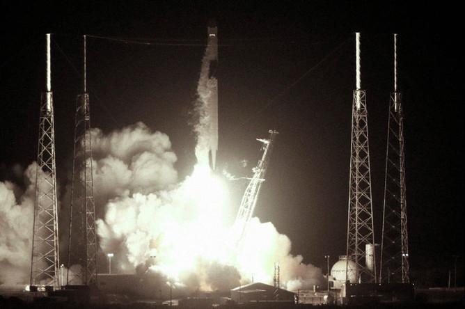 Запуск ракеты Falcon 9 с кораблем Dragon компании SpaceX с мыса Канаверал во Флориде, 4 мая 2019 года