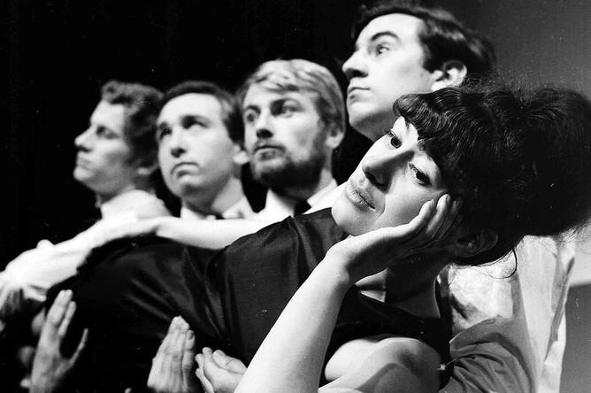Терри Джонс (второй справа налево) в составе университетской театральной группы Late Night Revue во время Эдинбургского фестиваля, 1963 год