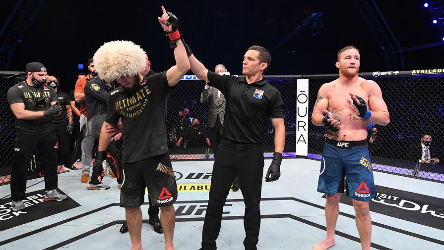 Судья присуждает победу Хабибу Нурмагомедову (Россия) в бою за титул чемпиона Абсолютного бойцовского чемпионата (UFC) в легком весе. Справа- Джастин Гэтжи (США).