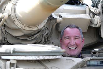 Дмитрий Рогозин во время посещения танкового полигона