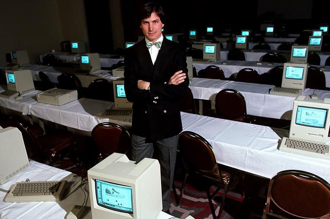 В 1985 году Джобс был уволен из созданной им Apple, что позволило ему основать вторую компьютерную компанию NeXT, а также мультипликационную студию Pixar. После продажи Pixar студии Уолта Диснея Джобс стал также крупнейшим акционером Walt Disney Company
