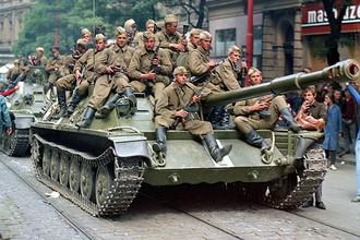 Советские военнослужащие на танке перед зданием Чешского радио в первый день вторжения, 21 августа 1968 год