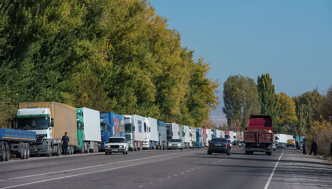 Пробка из фур на границе между Киргизией и Казахстаном на КПП «Ак-Тилек»