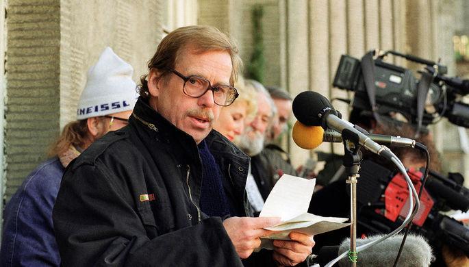 Вацлав Гавел объявляет имена новых членов кабинета министров, 10 декабря 1989 года
