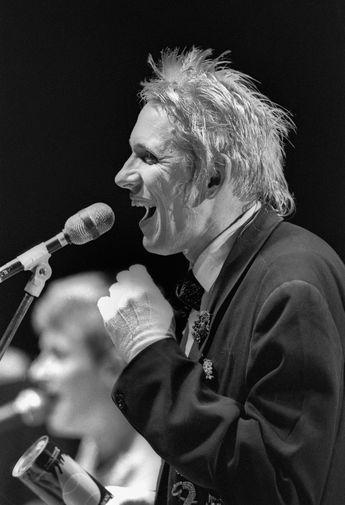 Фронтмен группы «АукцЫон» Олег Гаркуша со своим коллективом на музыкальном фестивале «Интершанс» в Москве, 1989 год