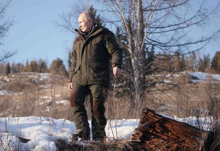 Президент России Владимир Путин во время прогулки в тайге в Сибирском федеральном округе, 21 марта 2021 года